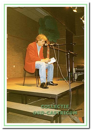 Sjoerd Kuyper, kinderboekenschrijver met landelijke bekendheid, leest voor uit eigen werk in de Duinrandschool.