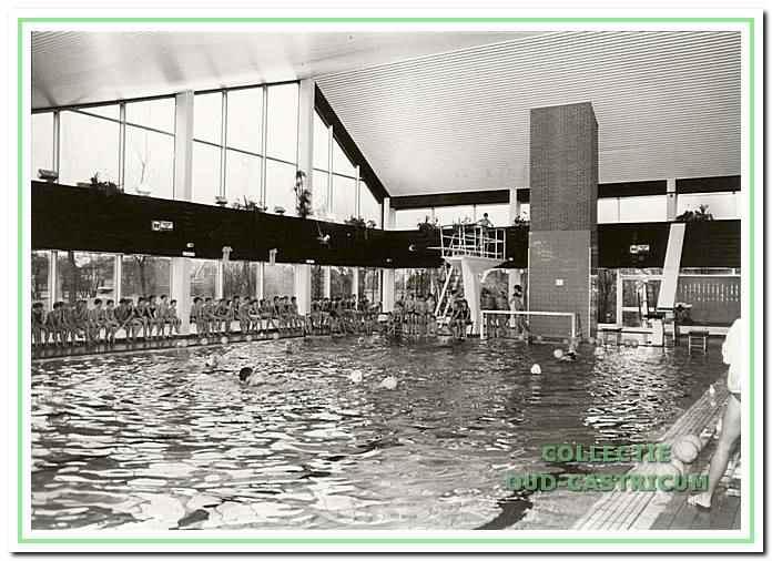 Interieurfoto van het oude zwembad De Witte Brug dat door brand werd verwoest.Jacob Rensdorpstrata 1 in Castricum, circa 1980.