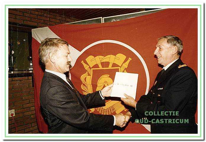 Overhandiging van het nieuwe jaarboekje van Oud Castricum door Simon Zuurbier aan Brandweer commandant Jaap Hartog.