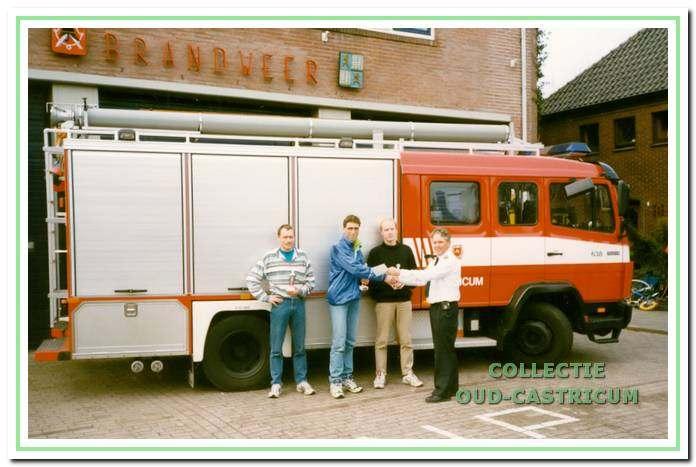 Brandweerman Cees Suurmond overhandigt de prijzen aan het nat. kampioenschap 10 engelse mijl voor brandweerlieden.