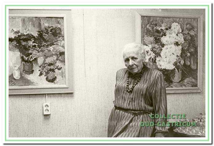 Kunstschilder Lide Tulp met enkele van haar schilderijen.