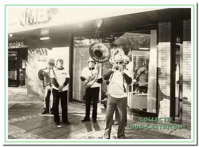 Optreden van de 'Joseph LAM Jazzband' in de Burgemeester Mooijstraat te Castricum.