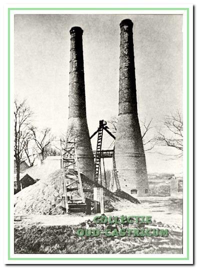 Met een transporteur werden de schelpen op een grote hoop gestort. Met behulp van een Jakobsladder werden ze naar een hoger deel van de kalkoven gevoerd en in de oven gestort.