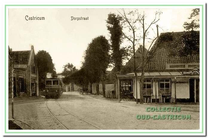Het stoomtrammetje door de Dorpsstraat in het begin van deze eeuw. Honderd jaar geleden werd door de Gemeenteraad onder strenge voorwaarden toestemming verleend tot het laten passeren van de stoomtram Beverwijk - Alkmaar.