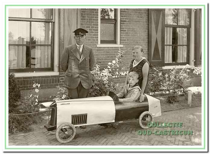 Jaap en Gré Jacobs en zoon Hans met zijn trapauto bij jachthuis Fochteloo, Zeeweg 1.