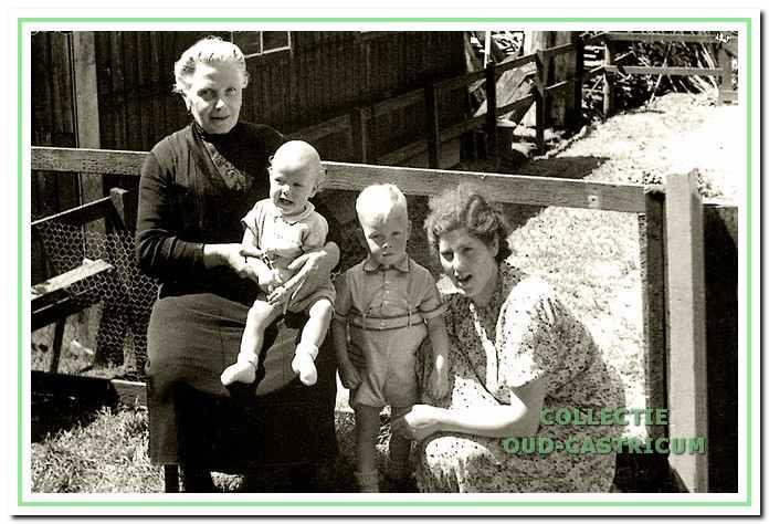 Mevrouw Leitner met de oudste kinderen Norbert en Leo, links Anna Zonneveld - De Graaf (boven).