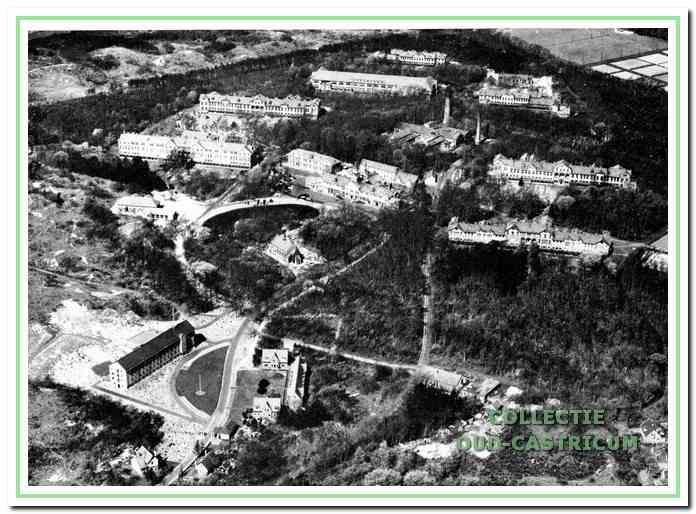 Luchtfoto van het PZ terrein Duin en Bosch. Midden - links de paviljoens voor vrouwen en midden rechts voor mannen.