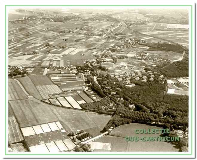 Een beeld van de gemeente gezien vanaf Bakkum in 1926. Rechts op de voorgrond de Zeeweg en links de Heereweg. De provinciale weg richting Limmen werd pas 10 jaar later aangelegd. De vele tuinderijen zijn goed herkenbaar.