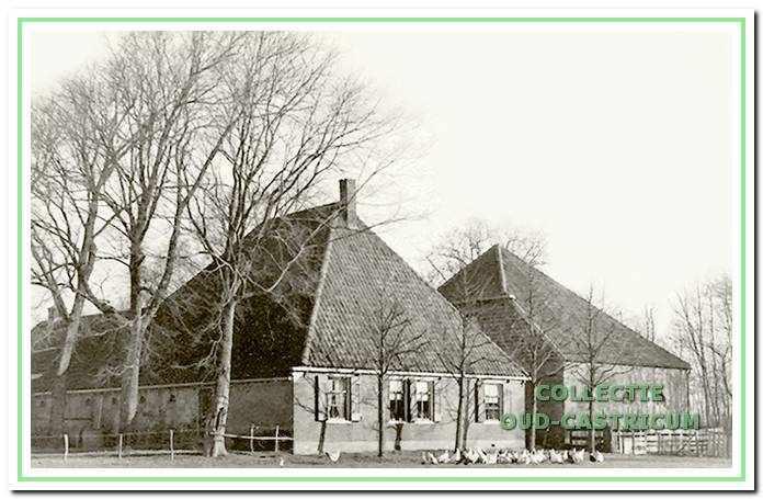 Boerderij Zeeveld rond 1930. Toen koning Willem I in 1829 eigenaar werd van de duin gronden achter Bakkum, bestond de boerderij al. De schuur met varkensstal en hooiberging werd in 1928 bijgebouwd met afbraakmateriaal van de ontginningsboerderij Johanna's Hof.