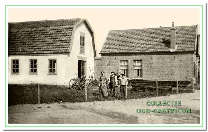 Timmerbedrijf G.A. Nootebos (nr. 31-33); voor het bedrijfstaan Jan Vlaar met echtgenote en Bertus Nootebos.