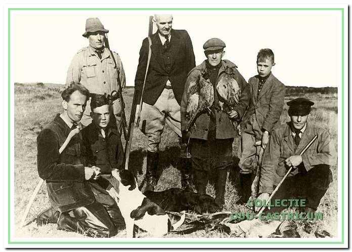 Groep jagers met hun vangst.