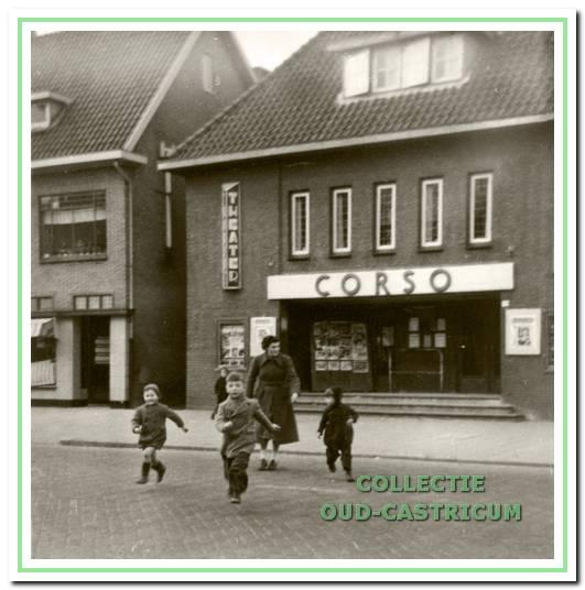 Helpen bij het oversteken van de kleuters die komen van de kleuterschool die naast het Corso theater stond.