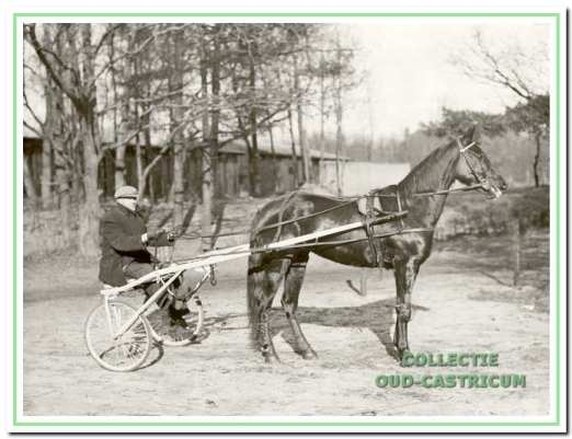 Klaas Groot met zijn draver bij het Kroftveld, jaren 1940.