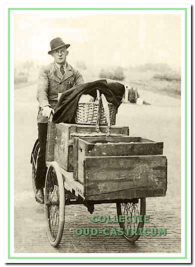 Strandvonder Engel Zonneveld op zijn transportfiets.