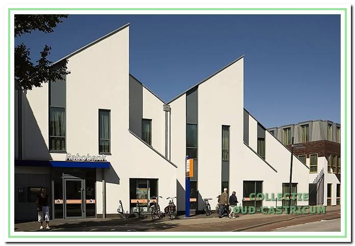 Het moderne pand van de huidige Rabobank, Dorpsstraat 62.