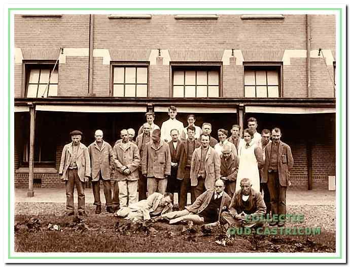 Werkploeg van patiënten in gestichtskleding. Pas rond 1940 werd deze kleding afgeschaft.