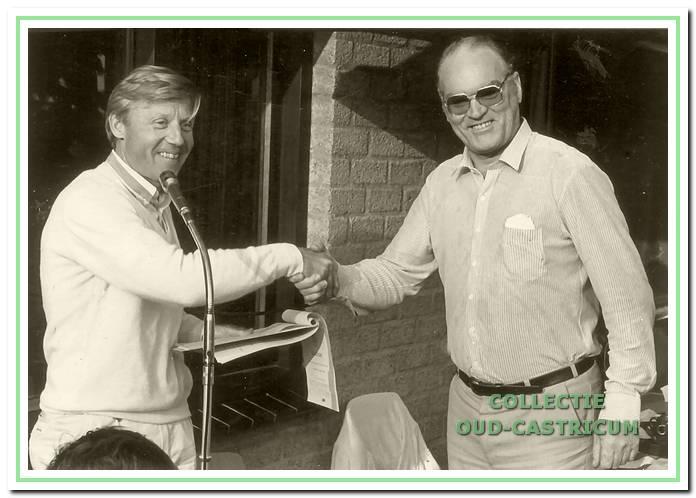 Gerrit Eveleens, eerste voorzitter van TVC, bedankt bouwpastoor Harry van der Valk (rechts) voor zijn bewezen diensten.
