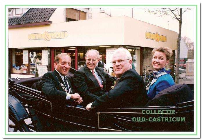 De opening van het nieuwe kantoor van de VVV-ANWB in de Rabobank in 1996 werd onder meer gevierd met een rijtoer.