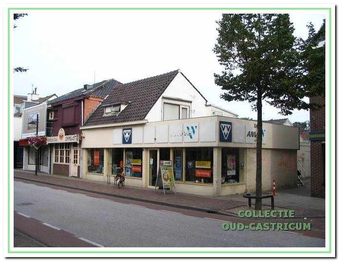 Het pand Dorpsstraat 54-56, kort voor de sloop in 2007, met op de begane grond de winkel van de VVV - ANWB. Dorpsstraat 54, het linker gedeelte, vormt nog een afspiegeling van de oorspronkelijke situatie, maar het rechtergedeelte is inmiddels beroofd van de oorspronkelijke schuine overkapping.