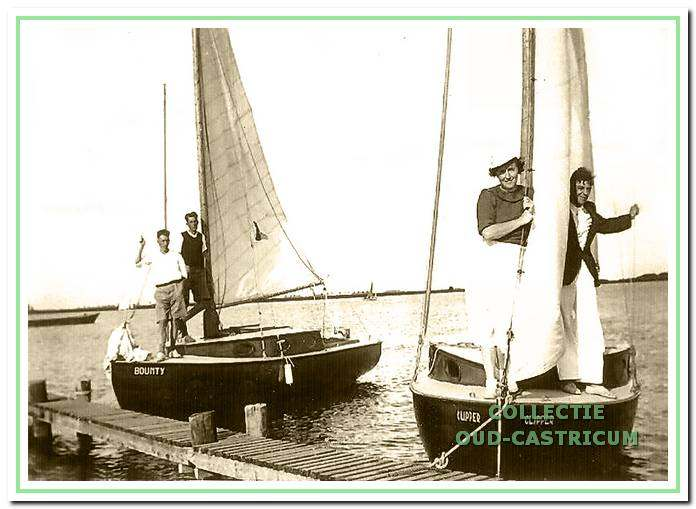 De zeilboten de Bounty en de Clipper die Dirk Schotvanger heeft gebouwd bij de Zaadhandel Kuijs (thans 't Eethuysje).