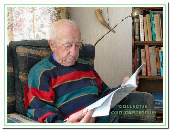 Dirk Schotvanger leest en herleest zijn boeken en tijdschriften over scheepvaart en luchtvaart.