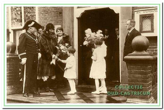 Rond het 12,5-jarig ambtsjubileum werden allerlei feestelijkheden georganiseerd. De burgemeester met zijn echtgenote en zijn moeder worden op het bordes van het raadhuis verwelkomd. Mevrouw Lommen krijgt de bloemen. Rechts gemeentesecretaris Van Lunen.