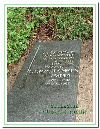 De grafsteen van burgemeester Lommen en zijn echtgenote op de begraafplaats Onderlangs.