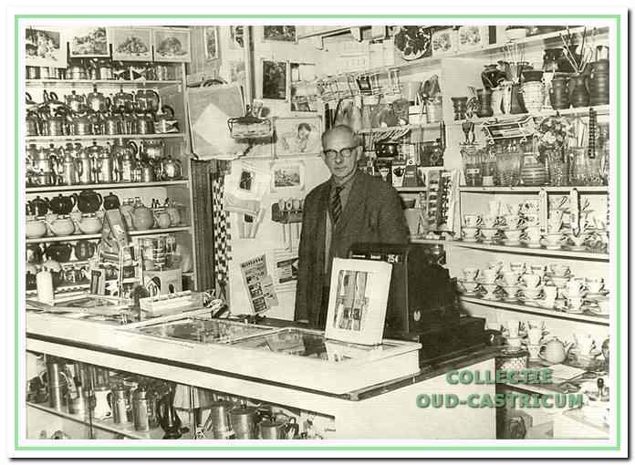 Bernhard Louman in zijn overvolle winkel.