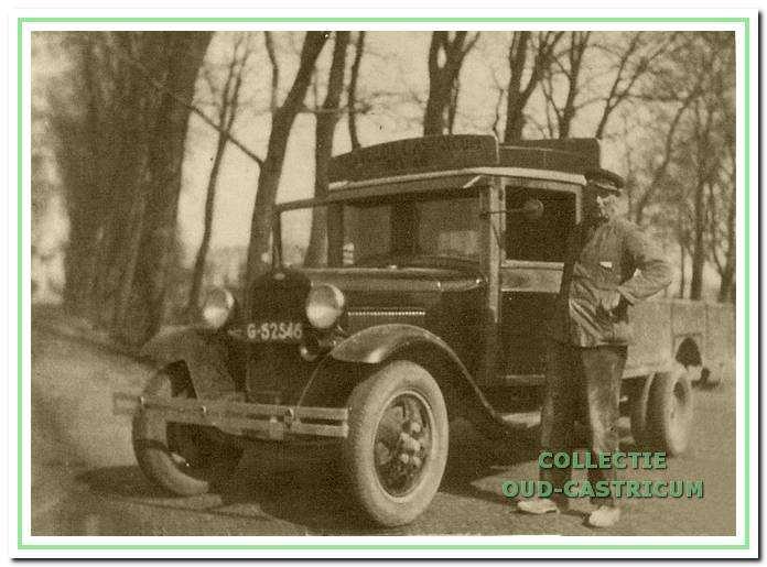 Dorus Veldt bij zijn eerste vrachtauto: een A-Ford.