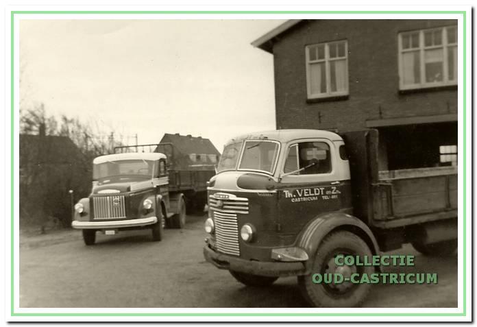 Twee vrachtwagens van de firma Th. Veldt en Zn. voor het bedrijfspand: de eerste Volvo en de Commer.