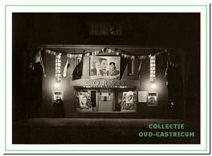De feestelijk versierde bioscoop ter gelegenheid van het eenjarig bestaan in 1938. Toen draaide de film 'Onverbreekbare banden' met Zarah Leander in de hoofdrol.