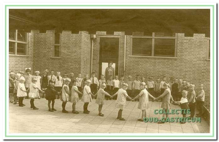 Kring kinderen op de bewaarschool.