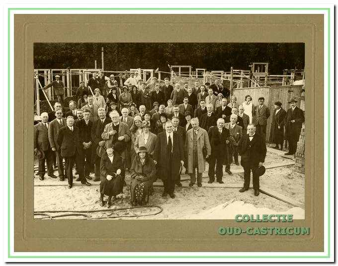Voor de eerste speciaal gebouwde jeugdherberg 'Koningsbosch' wordt op 1 oktober 1931 de eerste steen gelegd door de gedeputeerde van Noord-Holland, de heer A.H. Gerhard. Hij staat met de hoed in de hand achter de zittende dame,links op de foto. Piet Mooij van Zeeveld was er ook.