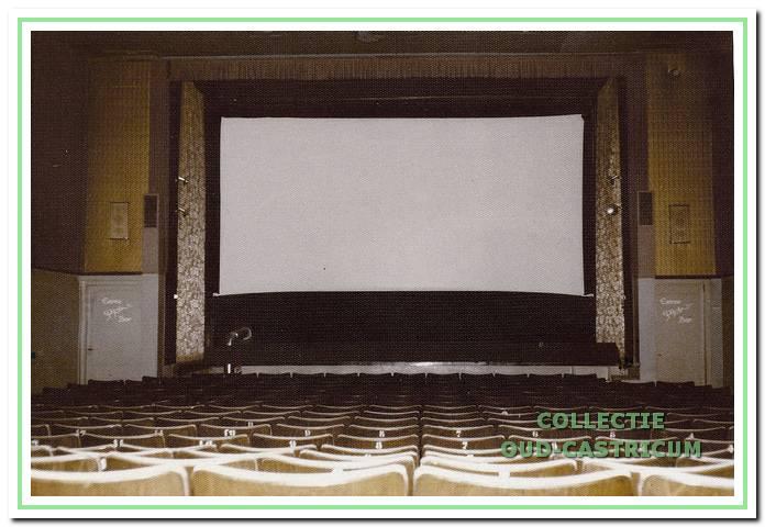 De grote zaal van het Corsotheater, zoals die er tot ver in de (negentien)zeventiger jaren uitzag. Onder het toneel stond een gaskachel van waaruit warme lucht de zaal in geblazen werd. Het was geen genoegen om ervoor te zitten.