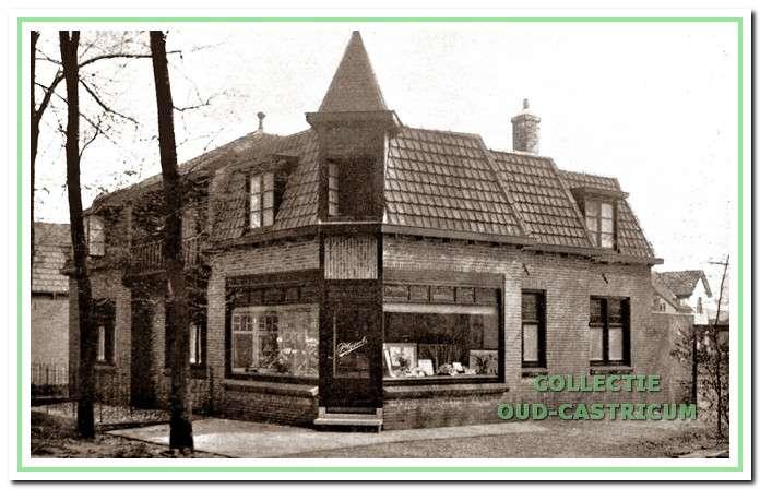 De winkel van Brakenhoff in de oude situatie (1956) rechts op de hoek Burg. Mooijstraat-Stationsweg. Het pand stond bekend als 'De Spoorklok'.