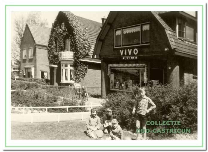 De VIVO-winkel aan de Stationsweg met achter Trudi en Hans Stolk.