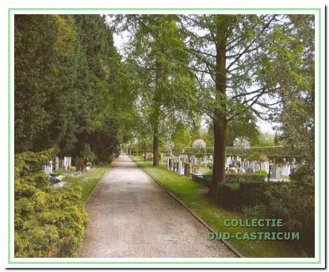 Aan de voet van de duinen ligt de fraai aangelegde gemeentelijke begraafplaats Onderlangs.