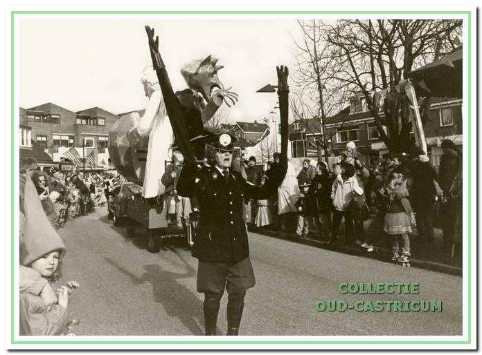 De politieagent met de lange armen (Trees Knebel) in de optocht (1993).