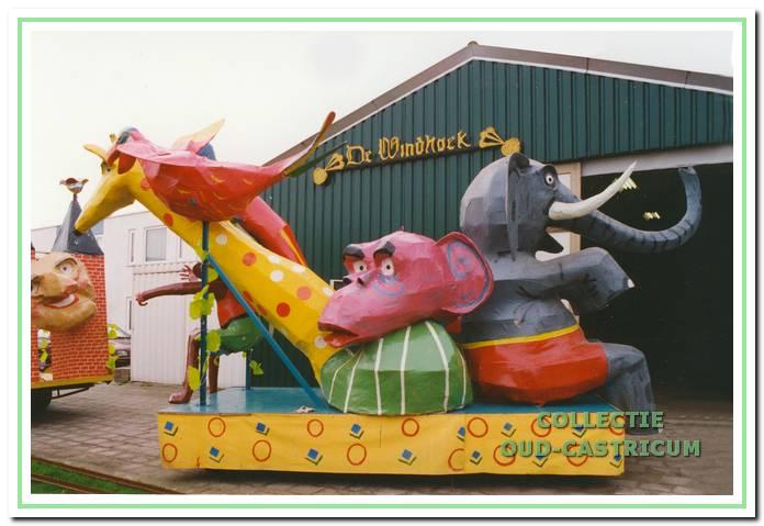Praalwagen voor de loods van carnavalsvereniging 'De Windtrappers'.
