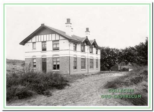 Het dubbele woonhuis, dat voor gezinsverpleging werd ingericht en gebouwd in 1904 op enige afstand van het ziekenhuisterrein. Rechts nog juist zichtbaar het oude huisje van Gerrit van Velzen, gebouwd op perceel 36 in 1856.