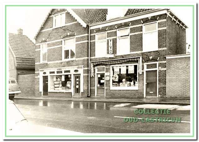 Het recent - gerekend vanaf 2004 - gesloopte pand Dorpsstraat 31/33 in 1968 met de twee winkels van Langeveld. Rechts (nr 31) de kruidenierszaak en links (nr 33) de voormalige zaak van Westmaas en later Dijkstra Mode, ten tijde van de foto tijdelijk in gebruik als magazijn, hoewel de etalage werd benut voor het uitstallen van kruidenierswaren.