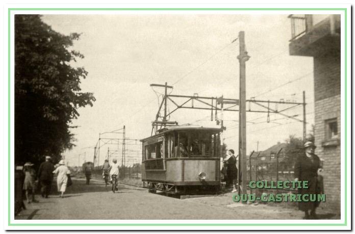 De eindhalte van de elektrische tram naast het spoorhuis aan de Kramersweg in 1934.