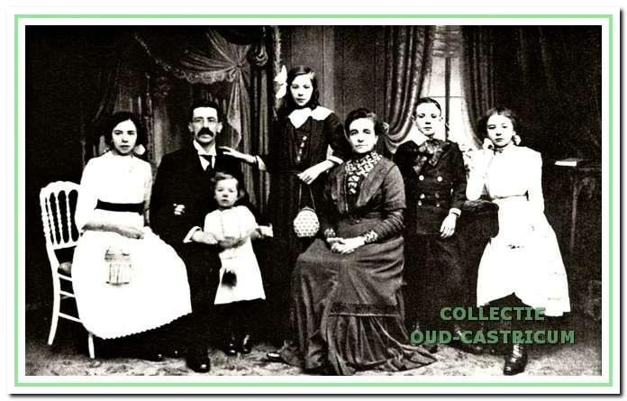 Het gezin van Jacob Res en Gisebertha Maria Zonjee omstreeks 1912. Staand Maria Cornelia Res, die in 1925 een manufacturenwinkel op het latere adres Dorpsstraat 87 begon.