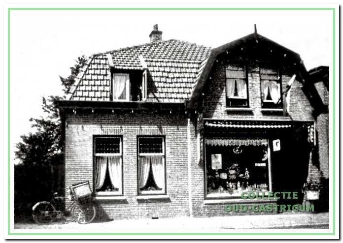 Dorpsstraat 102: de kruidenierswinkel van Frans Glorie in 1923.