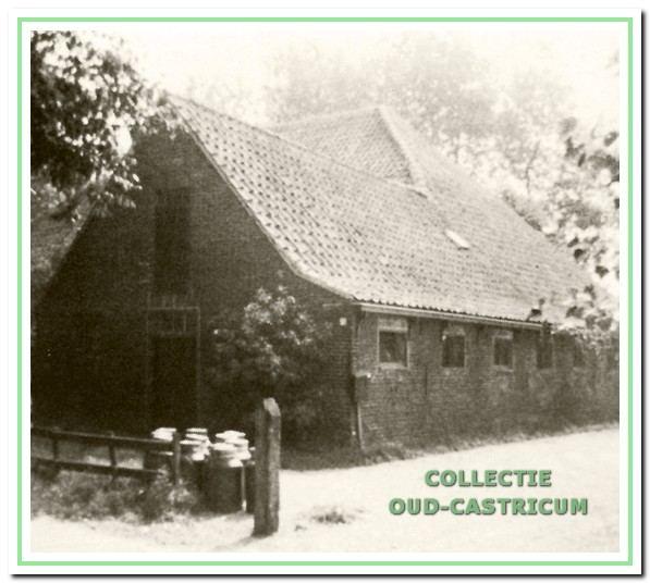 Achterzijde van de boerderij van Glorie aan de Breedeweg 87 in Castricum.