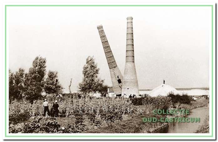 De afbraak van de kalkovens in 1943 op last van de bezetters. De foto is op het moment genomen dat juist de eerste kalkoven omvalt, nadat aan de onderkant aan een zijde een groot deel is weggehakt.