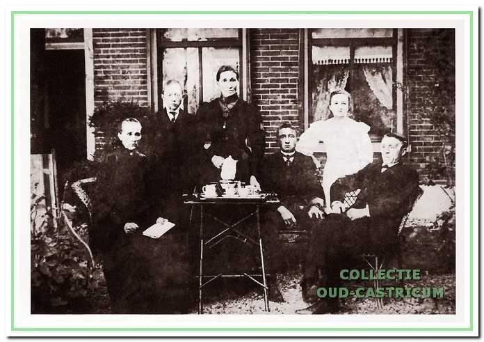 Elisabeth Kieft-Slot (met koffiepot) en familieleden voor het huis aan de Rijksweg te Limmen.