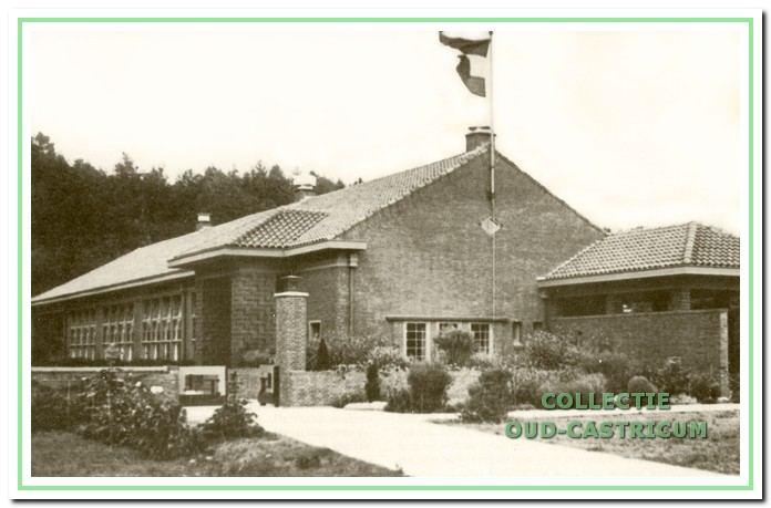 De centrale openbare school bij de opening in 1933. Het gebouw staat aan de Bakkummerstraat en heeft nog geen dwarsvleugel, die zal pas later gebouwd worden. Het gebouw is nu bekend als Jac. P. Thijsseschool.