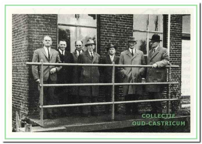 Het polderbestuur voor het gemaal bij de in gebruik name van de nieuwe elektromotor in 1965.