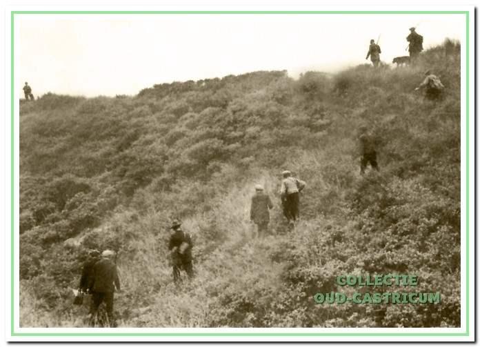 De drijvers jagen het klein wild op, ca. 1916.